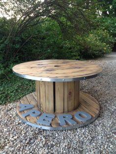 Table basse bobine apéro stylée décoration salon, cerclage de fer, bois verni, originale, unique, sur mesure.