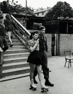 Chica en patines sale a pasear con su novio soldado, 1940