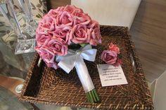 Lindo Bouquet de rosas em e.v.a. na cor pink, pétalas fininhas como uma pétala de rosa natural, taí a aparência e textura como se fossem naturais!  Bouquet contém aproximadamente 45 rosas, e folhagens verdes com pontos de luzes por todo o Bouuet, cabo verde aparecendo e um belo Broche dá o acabamento fino ao Bouquet!  É um bouquet eterno de uma recordação infinita  medidas: 27 cm.alt. por 27 cm.diâmetro  Presentei seu noivo com uma lapela e acompanha um cartão!