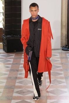 See all the Collection photos from Valentino Spring/Summer 2018 Menswear now on British Vogue Vogue Paris, Mens Fashion 2018, Monochrome Fashion, Fashion Images, Fashion Show Collection, Couture Fashion, Men's Fashion, Fasion, Fashion Photo