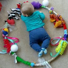 Create your Baby Sensory Hoop: moms and babies from Northamptonshire – Baby Development Tips Baby Sensory Play, Baby Play, Diy Sensory Toys For Babies, Sensory Diet, Baby Diy Toys, Homemade Baby Toys, Sensory Motor, Infant Activities, Activities For Kids