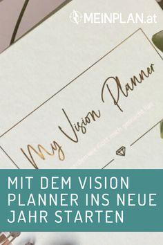 """Mit dem """"My Vision Planner"""" kannst du schwungvoll ins neue Jahr starten und behältst deine Ziele für 2020 im Blick. Mit viel Platz für Deine Fragen wie """"Wer bin ich?"""", """"Wohin will ich?"""" Was sind meine Ziele?"""" und Gedankenanstößen zum eigenen Gebetsleben, deinen Talenten und Träume haben ebenso Platz, wie deine Termine, Aufgaben und To Dos. Franziska hat sich den Planner angeschaut und ist begeistert. Smart Methode, To Dos, Motivation, Godly Relationship, Personal Organizer, Giving Up, Prayer, Determination, Inspiration"""