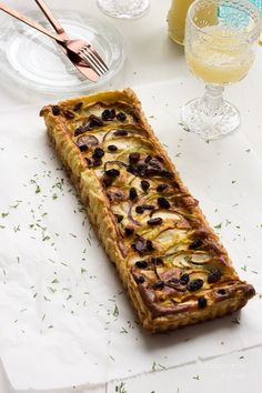 Quiche de dos quesos, cebolla roja, manzana y pasas Two cheese, red onion, apple and raisins quiche #food #foodphotography #foodstyling #recipes