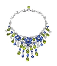 Necklace in white gold and precious stones is a beautiful reflection of luxury and sophistication.    Maybe this seems like something very glamorous, but no one can deny that this necklace number one favorite to all the ladies.