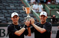 Dix ans après leur premier sacre à Roland-Garros, Mike et Bob Bryan soulèvent de nouveau le trophée. C'est leur quatorzième titre en Grand Chelem.