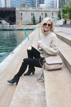 Black jeans and a large chunky sweater are the perfect combo on a chilly fall day! Love this neutral outfit for fall fashion.