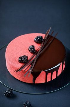 Rubus - Blackberry, Cream Cheese & Chocolate Mousse Entremet (in Russian and Portuguese) Beautiful Desserts, Beautiful Cakes, Amazing Cakes, Beautiful Life, Köstliche Desserts, Plated Desserts, Delicious Desserts, Cake Cookies, Cupcake Cakes