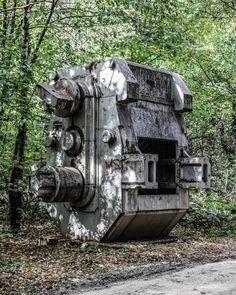 Titokzatos gépszörnyek bújnak meg a dunaújvárosi fák között | NLCafé