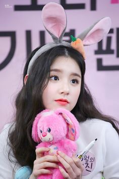 Heejin is my bias wrecker South Korean Girls, Korean Girl Groups, Thing 1, Olivia Hye, Kawaii, Sooyoung, Ulzzang Girl, Nayeon, Little Star