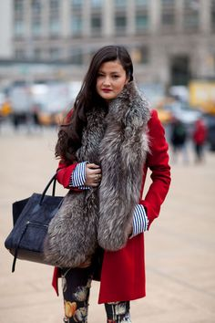 Street Style Fall 2013 - New York Fashion Week - red coat and fur scarf New York Fashion Week Street Style, Street Style Trends, Autumn Street Style, Street Style Looks, Street Chic, Nyfw Street, Street Snap, Look Fashion, Fashion News