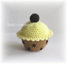FREE Cupcake Crochet Pattern and Tutorial Crochet Cake, Crochet Food, Crochet Crafts, Easy Crochet, Crochet Projects, Free Crochet, Knit Crochet, Tutorial Crochet, Amigurumi Patterns