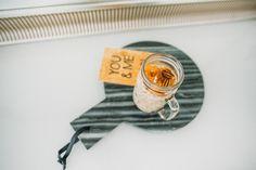 Tickle Your Fancy: 1 dl luonnonjogurttia/soijajogurttia  1,5 dl manteli-/kookos-/kaurajuomaa  1 dl kaurahiutaleita  1 rkl kookoshiutaleita  1 rkl chia-siemeniä  1 tl kanelia  0,5 tl kardemummaa  1 porkkana raastettuna  pieni kourallinen pekaanipähkinöitä rouhittuna  loraus hunajaa tuomaan makeutta haluttaessa