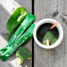 Aroma delicioasa de fructe de padure se combina perfect cu shake-urile Forever Lite Ultra sau bautura ta preferata. Indiferent ca vrei sa-ti savurezi portia de verdeturi pe drum sau ai nevoie de un imbold pentru antrenamentul zilnic cu un amestec perfect de superalimente de top, nu exista optiune mai buna decat Forever Supergreens!  Sursa la indemana, zilnic, de nutrienti de origine vegetala 💚 Forever Living Company, Forever Living Products, Super Greens, Aloe Vera, Drinks, Drinking, Beverages, Drink, Beverage