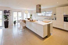 VIO 302 - Küche mit Kochinsel: moderne Küche von FingerHaus GmbH