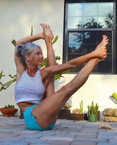 Yoga Poses For a Flat Tummy.Yoga helps one to stay youthful. People have been practicing yoga to lose weight also. Beginner Yoga, Yoga For Beginners, Advanced Yoga, Yoga Routine, Yoga Inspiration, Fitness Inspiration, Yoga Fitness, Esprit Yoga, Photo Yoga