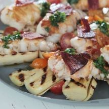 Cavaquinha com pupunha assada, tomatinhos marinados e chips de presunto cru