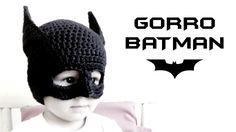 Gorro de Batman tejido a crochet (ganchillo) para todas las tallas. Aprende a hacer el antifaz y las orejas de Batman. Video tutorial paso a paso, ¡ideal para disfraz en Halloween! ***MATERIALES*** (disponibles en Medialuna, ¡mi nueva boutique lanera! ht. Crochet, How, Crochê, Beanie, Gorro,
