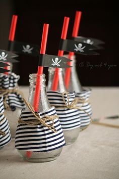 En god ide at hallik børneflaskeflasker - Joanna Deco Pirate, Pirate Day, Pirate Birthday, Pirate Theme, Birthday Diy, Birthday Party Themes, Party Mottos, Party Fiesta, Happy Party