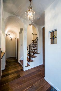 廊下部分は洞窟や教会を思わせるアール天井&アーチ開口になっています。アールの曲線と塗壁が柔らかい雰囲気をつくっており、また、床のウォールナットとのコントラストも美しい。