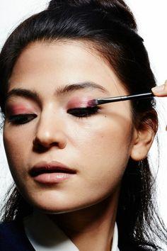 maquillage asiatique, comment maquiller des yeux bridés en rose, ombre de paupieres en rose