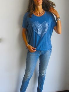 Camiseta azul con corazón de lentejuelas. www.ch2online.com