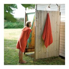 Cozy Swedish Cottage Outdoor showers can be as grand or simple. But they make life fun, keeps the mess out of the house and feels great. Outdoor Baths, Outdoor Bathrooms, Outdoor Kitchens, Outside Showers, Outdoor Showers, Open Showers, Outside Living, Outdoor Living, Custom Shower Doors