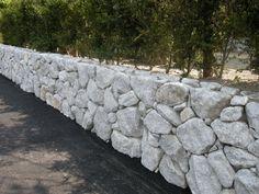 庭園ギャラリー。日本庭園・和風庭園など、こだわりの庭の設計施工。創作庭園専門 渡部造園 Stone Retaining Wall, Stone Masonry, Modern Fence, Landscape Walls, Stone Work, Sidewalk, Gardens, Stone Walls, Green