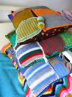crochet and knit cushions - romulyyli/ Diy Crochet, Crochet Crafts, Crochet Projects, Felt Cushion, Patchwork Cushion, Knitting Stitches, Knitting Yarn, Knitting Patterns, Stool Covers