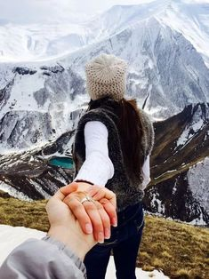 Top Photoshoot Ideas For Your Honeymoon! Cute Couples Photos, Romantic Couples, Instagram Settings, Murad Osmann, Honeymoon Essentials, Honeymoon Ideas, Girls Holding Hands, Photoshoot Images, Wedding Photoshoot