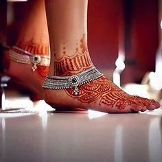 Shop anklets for women online. Get the most traditional yet modern anklet jewelry from our stunning anklet jewelry collection to add that extra flair to your everyday look. Payal Designs Silver, Silver Anklets Designs, Silver Payal, Anklet Designs, Mehndi Designs, Indian Wedding Jewelry, Indian Jewelry, Bridal Jewelry, Ankle Jewelry