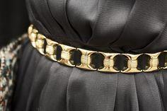Streetstyle en eventos de navidad: cinturón dorado