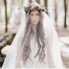 FAVORIT NR. 3  Mein #alltimefavorite die Flowercrown 🌸  Diesmal aber über dem Schleier getragen! Ich finde diesen Style einfach sooo so schön ♡  Messy Hair, hier & da ein paar #braids , Schleier & darüber die #flowercrown 👰🏼🌿 #wedding #bridalflowers #hippiewedding #hippiebride #gypsy #gypsybride #bohobride #bohowedding #bohemianwedding #bridestyle #bridalhair #weddinghair #weddinghairstyle #hochzeit #weddingideas #weddingdetails #weddinginspo #weddinginspiration #bride2016 #braut2017…
