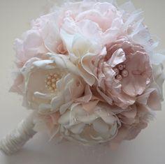 Ce beau bouquet est fait dans les tons de rose pâle, rose pale, champagne et Ivoire. Les fleurs sont faites toutes de tissu. Chaque fleur est fini avec perles et strass centres. Tissu de dentelle et de remplissage entre chaque fleur. Centres de fleur et des perles peut varier.  Ceci est montré dans un bouquet de grande taille qui mesure environ 8 pouces de large, 25 pouces autour et contient 14 fleurs.  D'autres tailles disponibles. Voir déroulant d'options au moment du départ pour d'autres…