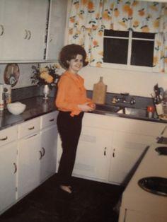New Kitchen, Vintage Kitchen, Kitchen Retro, Vintage Photographs, Vintage Photos, Vintage Colors, Retro Vintage, Vintage Housewife, Mid Century Modern Kitchen