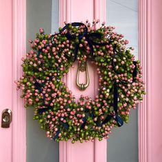 "Polubienia: 3,615, komentarze: 137 – The Pink House (@pinkhouseliving) na Instagramie: ""Bonus of seasonal photo shoots that happen out of season: a fabulous festive wreath by…"""
