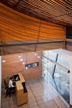 Thanh tre uốn dẻo, tạo hình ảnh tấm vải trần khổng lồ - đại diện cho công ty dệt may