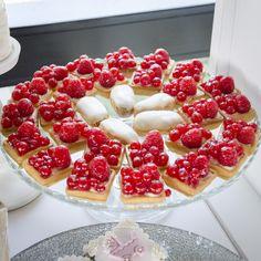 Mini Tarta Fructe este o combinatie intre aluatul fraged de origine frantuzeasca cu o textura crocanta si crema de vanilie preparata dupa reteta traditionala, aromata cu vanilie proaspata. La acestea se adauga fructe proaspete care ofera un gust racoritor si fin tartei. Tartele cu fructe sunt intotdeuna o alegere fericita atunci cand cautati un desert dulce, in combinatie cu fructe proapste. Raspberry, Candy, Fruit, Food, Mini Pies, Pie, Sweet, Toffee, Meal