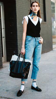 Street style look com regata e camiseta.