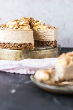 Vegan Banoffee Cheesecake! A nutty 'biscuity' oat and date base, the most creamy yet perfectly sliceable toffee cashew date cheesecake layer topped with lots of fresh banana slices and a generous drizzle of caramel sauce! Vegan, dairy free, gluten free, egg free! | www.myvibrantkitchen.com