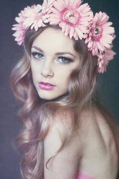 I HATE flower crowns with such a passion but her makeup is gorgeous