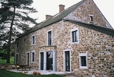 Inspirational windows and doors - Reynaers At Home Old Farm Houses, Country Houses, Exterior Design, Interior And Exterior, Aluminium Windows And Doors, Traditional Windows, Farmhouse Style, French Farmhouse, British Home
