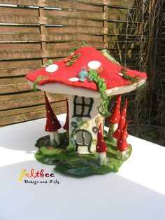 Oh gosh this is a really neat idea! Clay Projects, Clay Crafts, Felt Crafts, Diy And Crafts, Fairy Crafts, Simple Crafts, Clay Fairy House, Fairy Houses, Felt Mushroom