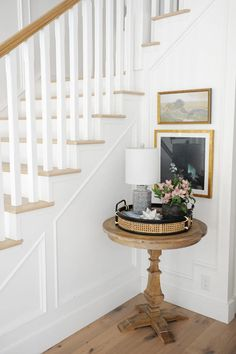 entry way decor ideas Small Staircase, Entryway Stairs, Entry Hallway, Hallway Tables, Modern Hallway, Staircase Design, Stairway Decorating, Foyer Decorating, Decorating Ideas