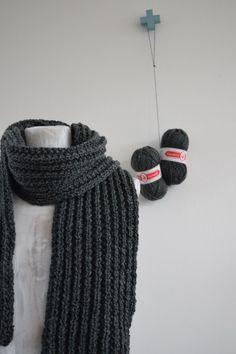 Het is altijd lastig om iets te maken voor mannen waar ze ook echt helemaal blij mee zijn. Ze houden niet van kriebeltruien en vesten, maar het is wel heel leuk om iets voor ze te maken waar ze echt iets aan hebben.  Ook zij hebben het graag warm in de winter :) Knitted Blankets, Diy Crochet, Shawl, Beanie, Knitting, Handmade, Crafts, Accessories, Ibiza