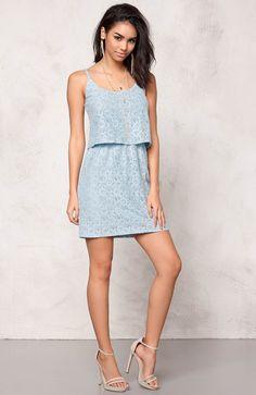 Przepiękna, koronkowa sukienka marki Model Behaviour. Dopasowany fason  w modnym kolorze. 135 zł na http://www.halens.pl/moda-damska-na-gore-5750/sukienka-552135?imageId=395430&variantId=552135-0034