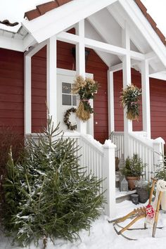 86 Totally Inspiring Christmas Porch Decoration Ideas on a Budget - Weihnachtsdeko Hauseingang Christmas House Lights, Christmas Porch, Noel Christmas, Outdoor Christmas Decorations, Country Christmas, Outdoor Decor, Christmas Candles, Primitive Christmas, Tree Decorations