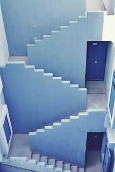Blue Spanish building // Experience serious wanderlust from La Muralla Roja in Alicante, Spain