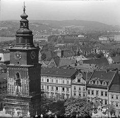 Panorama Krakowa, z Sikornikiem w tle, w ujęciu z wieży Kościoła Mariackiego. To rok zapewne 1963, bo na wieży ratuszowej zaczyna się właśnie rewaloryzacja, po której na pierwszej kondygnacji pozostaną wykusze autorstwa prof. Wiktora Zina. Zdjęcie wykonane przez Henryka Hermanowicza. (FK/MH)