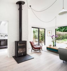 A Victorian semi-detached house on Pages Lane in Muswell Hill, London, has been transformed by local practice Kirkwood McCarthy into light-filled home. Victorian Living Room, Modern Victorian, Victorian Homes, Victorian Kitchen, Art Deco Fireplace, Modern Fireplace, Semi Detached, Detached House, Vaulted Ceiling Decor