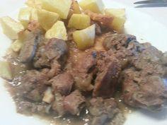 Brunch dominical: higaditos encebollados con patatas fritas con ajo. Si uds gustan...